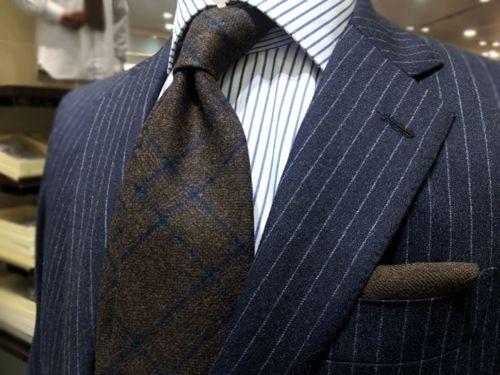 コーディネート例15:ネイビースーツ×ウールタイの着こなし