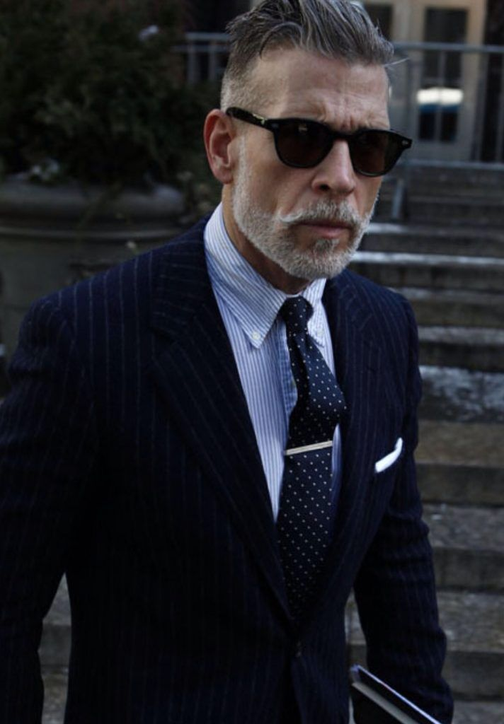 ・コーディネート例9:ネイビースーツ×ドット柄の着こなし