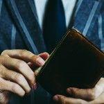 財布を持っているビジネスマンの手 クローズアップ スタジオ撮影