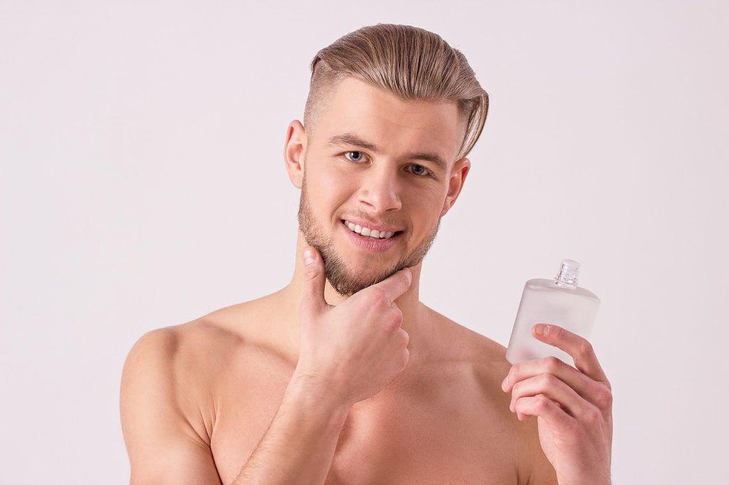 化粧水を持つ男性