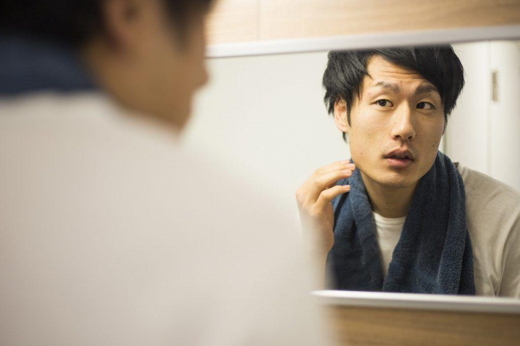 肌悩み別の化粧水を探す男性
