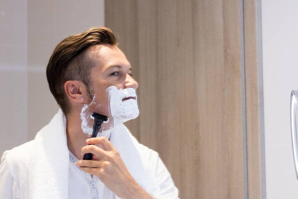 髭(ヒゲ)を処理する男性